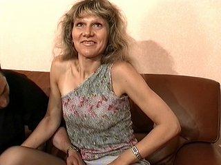 Voilà une vieille, la soixantaine bien tassée, qui en a marre de passer ses soirées...
