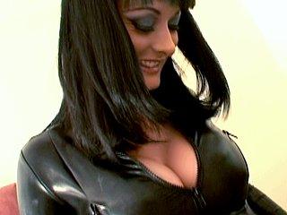 Avec sa tenue en cuir, cette bonnasse aux gros seins est une belle salope, on en...