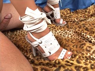 Voilà une vidéo pour les amateurs de panars ! Le gars est un fanatique de pieds,...
