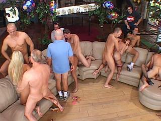 Un producteur reconnu de films pornos à invité quelques amis pour fêter le 50ème...