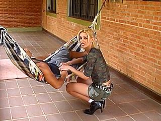 Par un après midi de dimanche ensoleillé, un minet bodybuildé s'allonge dans le hamac...