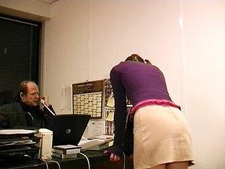 Stagiaire dans une société de pré vente, Nathalie se fait engueuler par son boss...