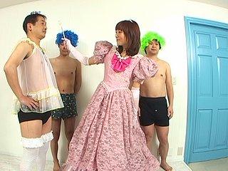 Ah, les japonais et leurs fétichismes vestimentaires. Voici Suchiefrai, jeune bridée...
