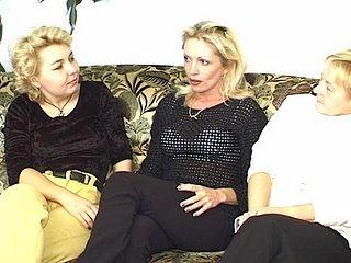 Un rendez vous entre trois copines matures tourne en partie de baise. Les trois grosses...