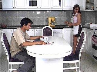 Berth est une femme au foyer. Elle aime la bite, et elle s'ennuie, seule dans sa...